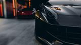 Przód samochodu sportowego - czarny i czerwony samochód