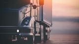 Ciężarówka biegnie na autostradzie. 3d odpłacają się i ilustracja.