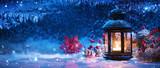 Dekoracje zimowe z świecznikiem w pobliżu okna pokryte śniegiem. Boże Narodzenie w tle