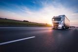 Ładowna europejczyk ciężarówka na autostradzie w zmierzchu
