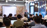Business People Meeting and Working, podczas gdy Business Executive Lead Presenter przemawia do Grupy Pomyślnych Przedsiębiorców Technologicznych. Konsultant Doradca. Wykład szkoleniowy. Nieostry niewyraźne