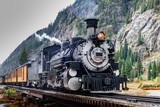 Vintage Steam Train przekraczania rzeki w Kolorado