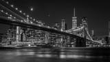 Brooklyn Bridge w Nowym Jorku z Manhattan skyline w nocy w czerni i bieli