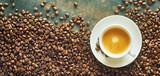 Panorama sztandar z filiżanką kawy i fasolami