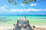 Długi drewniany most iść morze w pięknej tropikalnej wyspie, Tajlandia.