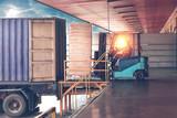 Wózek widłowy obsługujący puste puszki z pojemnika do magazynu. Dystrybucja, logistyka Import eksport, magazynowanie, handel, wysyłka, koncepcja dostawy.