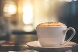 Latte kawa lub kawa na stole kawiarnia w ranku