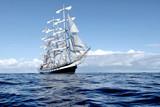 Żaglowiec pod białymi żaglami na regatach