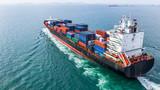 Widok z lotu ptaka ładunku kontenerowiec żeglarstwo, kontenerowiec w imporcie eksportu i logistyki biznesowej i transportu międzynarodowego przez kontenerowiec na otwartym morzu.