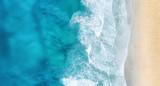 Plaża i fale z widoku z góry. Turkusowy wodny tło od odgórnego widoku. Letni krajobraz z powietrza. Widok z góry z drona. Podróżować pojęcie i pomysł
