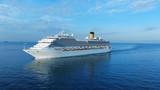 Widok z lotu ptaka piękny biały statek wycieczkowy nad luksusowa rejsu pojęcia turystyki podróż na wakacje letni wakacje czasie.