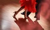 Mężczyzna i kobieta tańczy salsę w ciemności