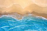 niebieskie morze na plaży widziane z góry