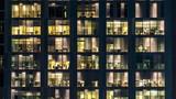 okno wielopiętrowego budynku ze szkła i stali oświetlenia i ludzi w timelapse