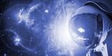 bliska astronauta potykająca się przez wszechświat galaktyki f