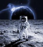 Spacer astronauty na Księżycu nosi kosmosit. koncepcja przyszłości