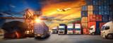 Logistyka i transportaPojemnik przemysłowy Kontenerowy statek towarowy, wózek widłowy przeładunek kontenerowy załadunek do logistycznego eksportu importu i transportu przemysł koncepcja tło przemysł transportowy