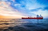 Kolorowy zmierzch nad Północnego morza i tankowiec ładunku statkiem na tle, holandie