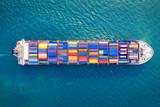Widok z lotu ptaka zbiornika ładunku statek w morzu.
