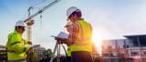 Dyskusja inżynierów budowlanych z architektami na budowie lub placu budowy budynku z wieżami Geodezja w celu wykonania planów konturowych jest graficznym przedstawieniem świeckich w ziemi.
