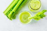 Zielony sok z selera detox w szklance.