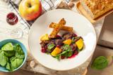 Flambirowana wątróbka drobiowa w wiśniówce, liście szpinaku, karmelizowane jabłka z czosnkiem i rozmarynem, wiśnie, grzanka