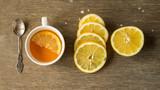 Herbata z cytryną w otoczeniu cytryny i kanapek