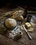 świeży chleb na ciemnym drewnie