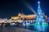Nocny widok na Rynek Główny w Krakowie z choinką i Sukiennicami, Polska