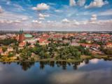 Katedra, jezioro i Stare Miasto w Gnieźnie z lotu ptaka