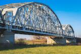 Piękny metalowy most na rzece w słoneczny dzień