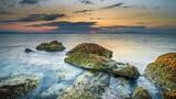 Widok o wschodzie słońca na skały w morzu adriatyckim